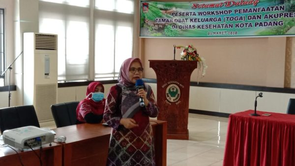 Kepala Dinas Kesehatan Kota, Ferimulyani Hamid saat memberikan pemaparan tentang kesiapan Kota Padang dalam penanganan Covid 19 dihadapan anggota Komisi IV DPRD Kota Padang.