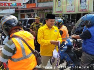 Ketua DPD Golkar Kota Sawahlunto, Ali Yusuf ketika melakukan pembagian masker kepada masyarakat