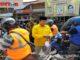 Ketua DPD Partai Golkar Kota Sawahlunto, Ali Yusuf ketika memvagikan masker kepada masyarakat.
