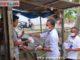 Ketua DPRD Pasaman saat membagikan masker kepada masyarakat.