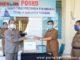 Ketua Gugus Tugas Percepatan Penanganan Covid 19 H.Yusuf Lubis serahkan Hand Sanitizer dari Lingkungan Hidup kepada koordinator logistik Amdarisman