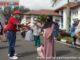 Ketua Reuni SMA 1 Kota Pariaman anggkatan 1982 Irzal sat menyerahkan bantuan sembako.