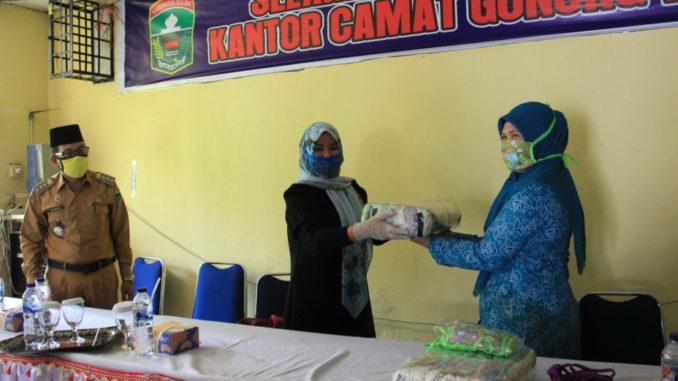 Ny. Desnadfi Gusmal menterahkan masker ke TP PKK Kecamatan di Kab. Solok.