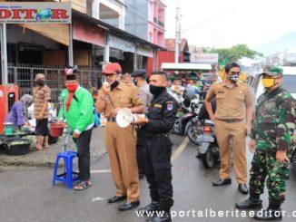 Pemberitahuan kepada pedagang dan pengunjung pasar tentang wajib kapai masker.