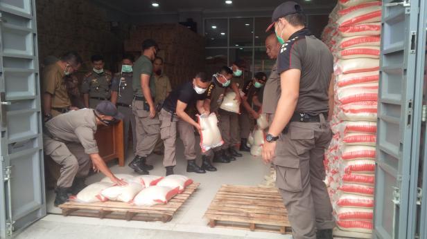 Pendistribusian bantuan di Bukittinggi.