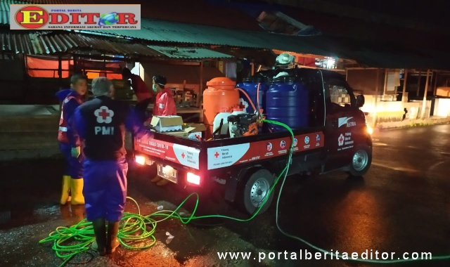 Penyemprotan disinfektan diseluruh lokasi pusat pertokoan Kota Payakumbuh oleh PMI.