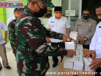 Penyerahan bantuan Panglima TNI ke RSUD Arosuka.