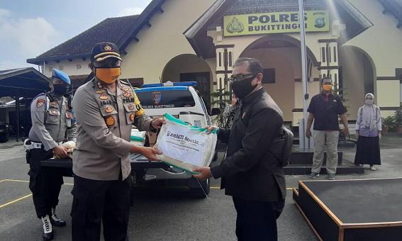 Penyerahan sembako kepada wartawan dari Polres Bukittiggi.
