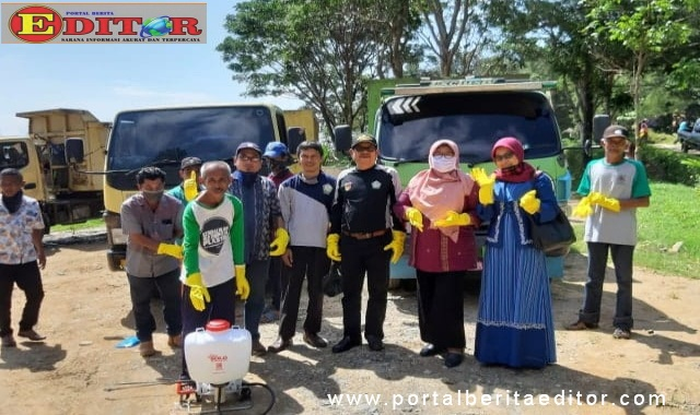 Petugas kebersihan lapangan setelah menerima APD dari DPKP2LH Kota Sawahlunto.