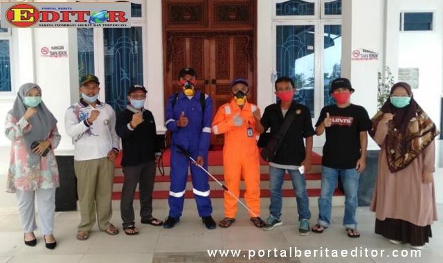 Relawan Maigus melakukan aksi penyemprotan disinfektan.