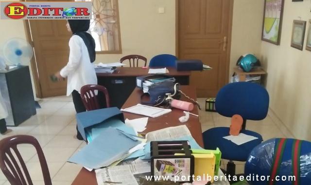 Ruangan kantor Lurah Pakan Sinayan yang di obrak abrik kawanan cigak.