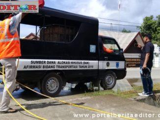 Team PB Dan Karang Taruna Desa Tuapejat sedang melakukan penyemprotan di rumah rumah warga.