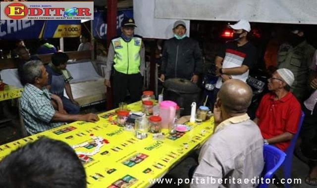 Tim Satgas Covid-19 memberi pengarahan kepada masyarakat Kota Pariaman yang masih berkumpul di lepau kopi.