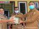 Wako Genius Umar menerima bantuan cairan hand Sentizerr dari perantau.