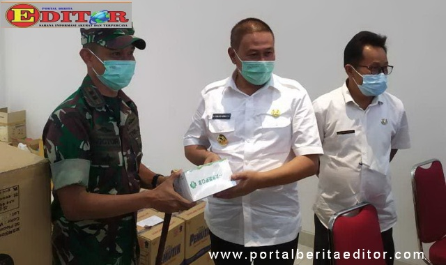 Wako Ramlan Nurmatias saat menerima bantuan APD dari pemerintah pusat.