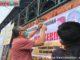 Wako Riza Falepi memasang spanduk himbauan kepada warga agar memakai masker.