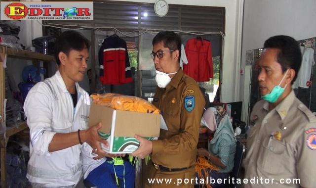 Walikota Sawahlunto bersama Kepala Kesbangpol-BPBD saat menerima bantuan dari PT. Asiaco Batamindo