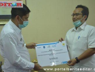 Walikota Sawahlunto ketika menerima bantuan dari PLTU Unit Sijantang.
