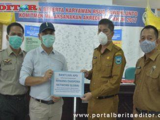 Walikota Sawahlunto ketika menyerahkan bantuan dari MDNG kepada RSUD Kota Sawahlunto
