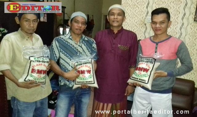 Anggota IKWAL Jakarta yang menerima bantuan sembako.