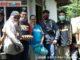 Anggota Purna Paskibraka Indonesia Kota Sawahlunto ketika menyerahkan bantuan kepada masyarakat.