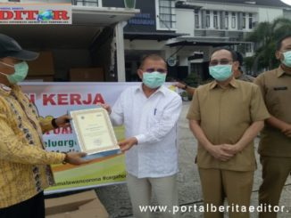 Bupati Ali Mukhni menerima bantuan dari Jhon Kenedy Aziz.