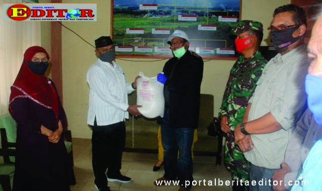 Bupati Gusmal saat menyerahkan bantuan kepada walinagari Saniangbaka.