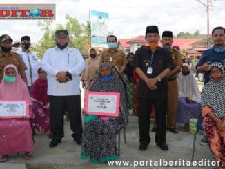Bupati Sijunjung, Yuswir Arifin foto bersama dengan penerima BLT DD di Nagari Koto Baru Kecamatan IV Nagari. (2)