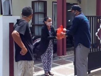 Camat Payakumbuh Timur menyerahkan bantuan berupa buah buahan kepada DP pasien Covid yang dinyatakan telah sembuh.