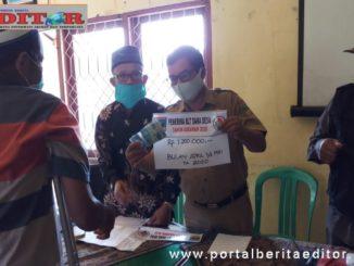 Camat Sangir Balai Janggo Muslim didampingi Wali Nagari Talunan serahkan bantuan BLT DD ke warga kurang mampu.
