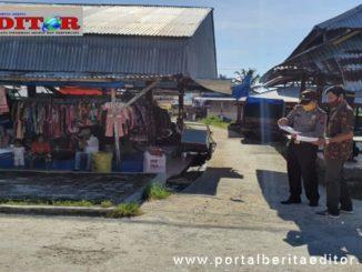 Camat Sipora Selatan bersama Kapolsek Sipora di Pasar Sioban.