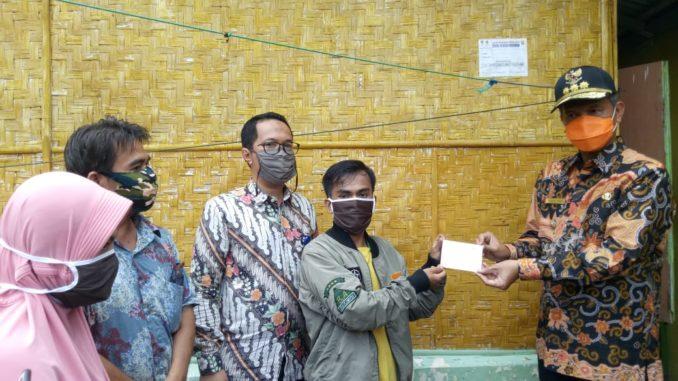 Genus Umar menyerahkan BLT dari Dana Desa.