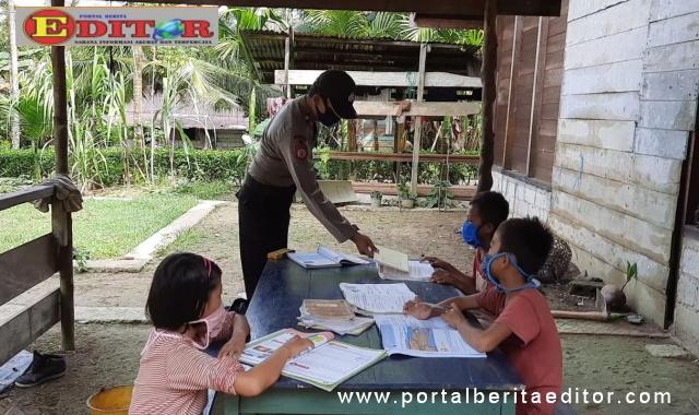 Iptu Yanuar bersama murid SD.