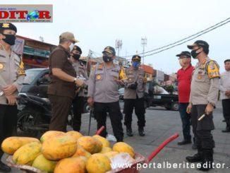 Kapolda Sumbar dan jajaran saat meninjau Pasar Raya Padang.
