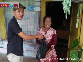 Kepala Jorong Sungai Padi Utara, Nagari Lubuk Gadang, Pendo menyerahkan bantuan kepada warga miskin di daerahnya.