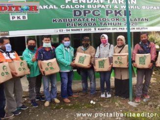 Ketua DPC PKB Solsel Mukhlis serahkan bantuan paket sembako kepada insan pers di Solsel.