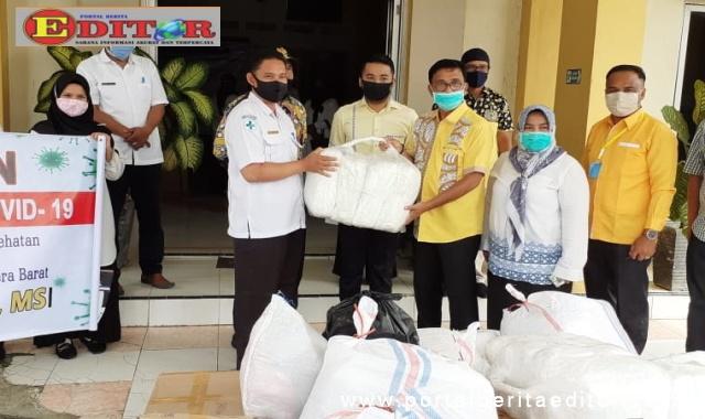 Ketua DPD Golkar Sumbar, Khairunas saat mmenyerahkan bantuan.