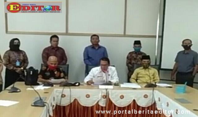 Ketua DPRD Kabupaten Sijunjung, Bambang Surya Irwan didampingi Wakil Ketua, Syofyan Hendri dan Bakri tengah menyampaikan pernyataan sikap terhdap Sekda.