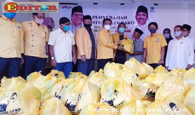 Ketua I DPD Golkar Sumbar Khairunas didampingi Ketua DPRD Solsel Zigo Rolanda serahkan bantuan sembako.