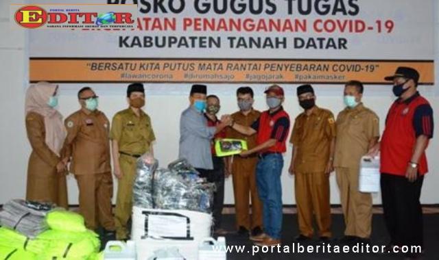 Ketua MKSS SMP Kabupaten Tanah Datar Mukhlis menyerahkan bantuan yang diterima oleh Wakil Bupati Zuldafri Darma.