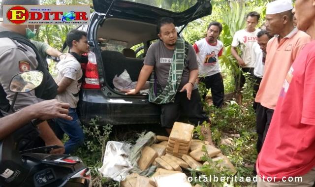 Lokasi mobil Suzuki Karimun terpelosok di parit perkebunan warga bersama barang bukti narkoba jenis daun ganja kering.