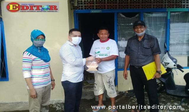 Manufer Putra Firdaus membagikan makanan kotak dan snek kepada warga dalam rangka reses II 2020.