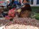 Pedagang bawang eceran di pasar Pakan Salasa.