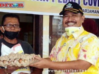 Pembagian sembako oleh DPD Golkar Pariaman.