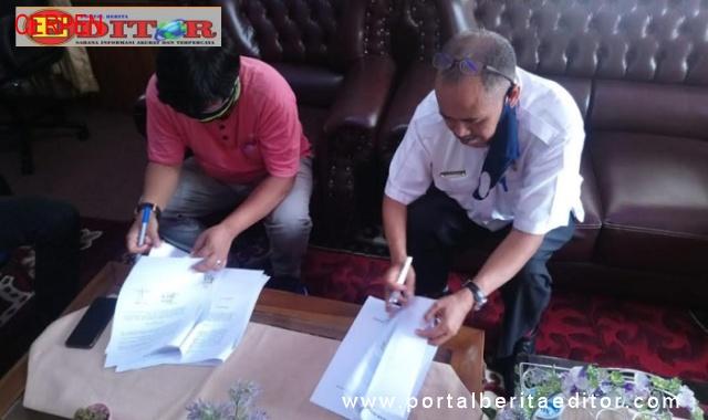 Penandatanganan HNPD( Nota Perjanjian Hibah Daerah) oleh Kadis Porapar, Marharman dengan Ketua Koni,Primer.