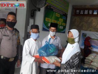 Penyerahan bantuan dari Alumni SMA 2 Padang.