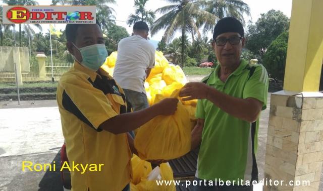 Penyerahan bantuan dari Darul Siska untuk masyarakat Solok Selatan.