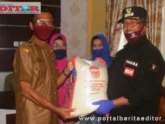 Penyerahan bantuan di Gantung Ciri.