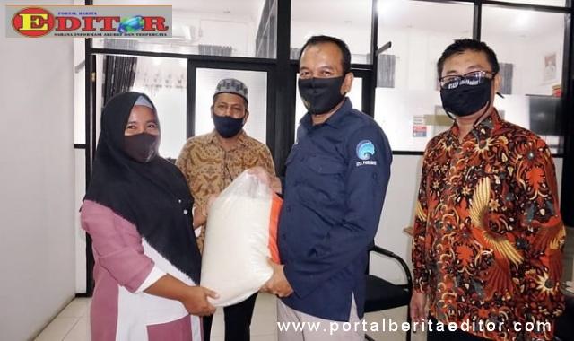 Penyerahan bantuan kepada honorer di Kota Pariaman.