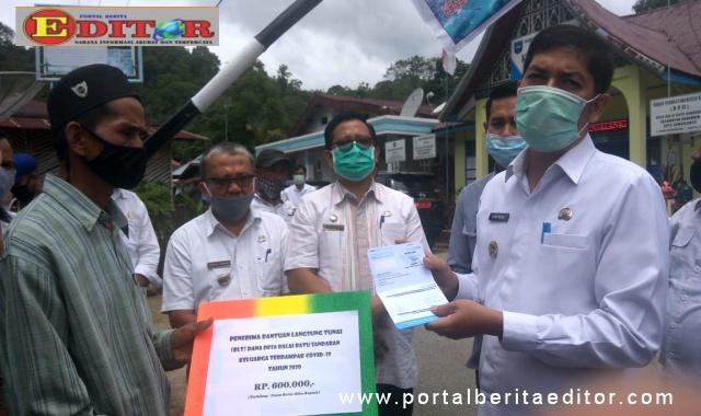 Penyerahan batuan Langsung tunai oleh Walikota Sawahlunto Deri Asta SH.